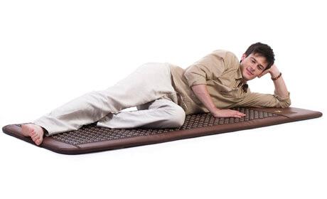 Лежать на ковре